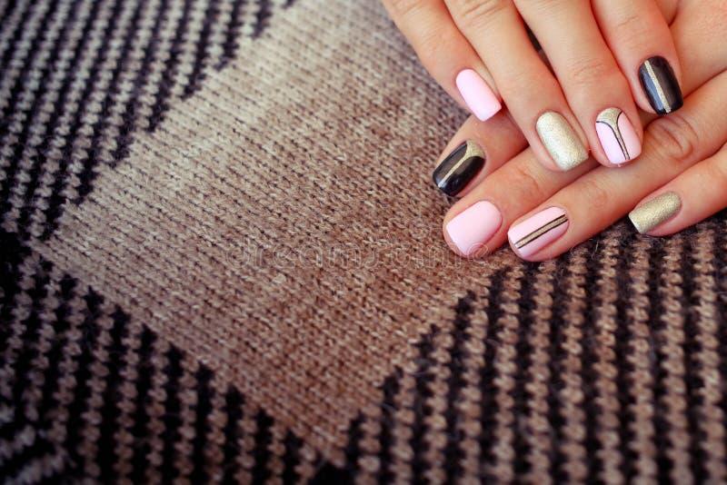 Manicure pulito perfetto con la cuticola zero Progettazione di arte del chiodo per lo stile di modo fotografia stock