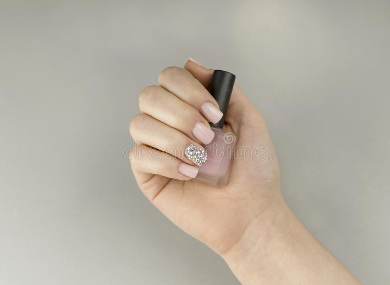 Manicure rosa alla moda delle donne alla moda con smalto fotografia stock