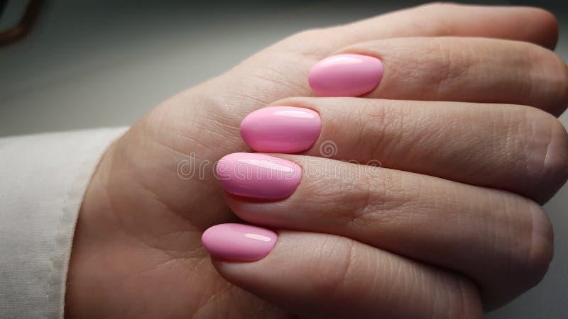Manicure rosa di estate fotografia stock