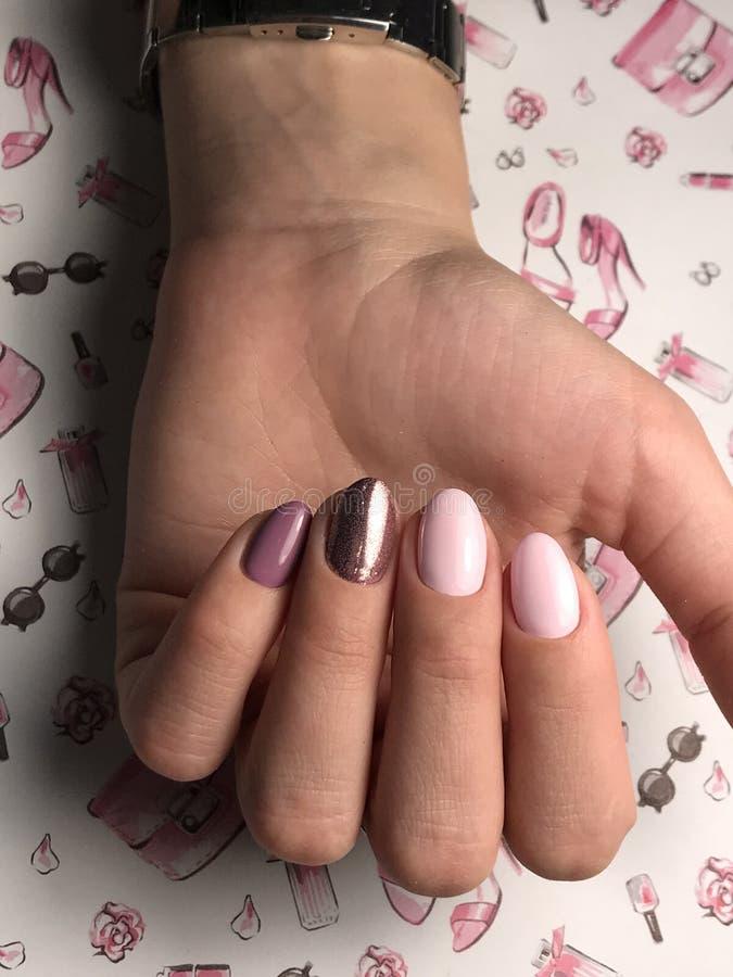 Manicure rosa sveglio con scintillio immagine stock libera da diritti