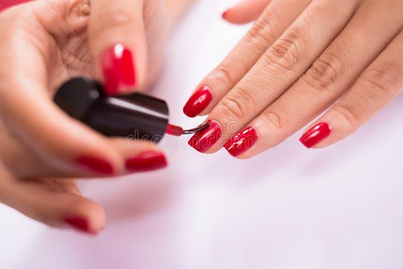 Manicure rosso immagini stock