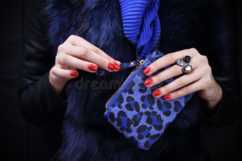 Manicure rosso Mani femminili sensuali fotografie stock libere da diritti