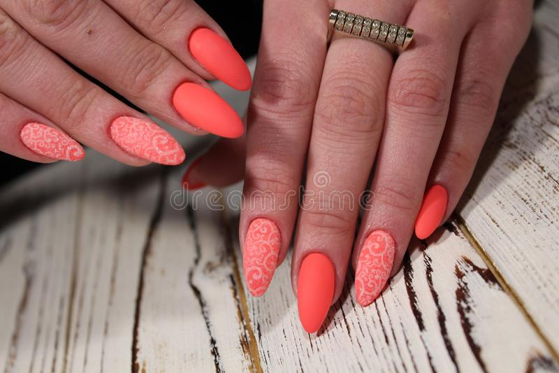 manicure sexy sulle unghie lunghe fotografia stock