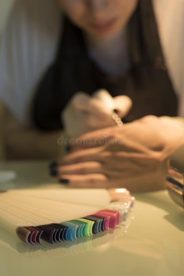Manicure, spijkerskunst, spijkerskleuren stock fotografie