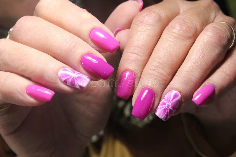 Manicure'u gwoździa projekt z kwiatem zdjęcie stock