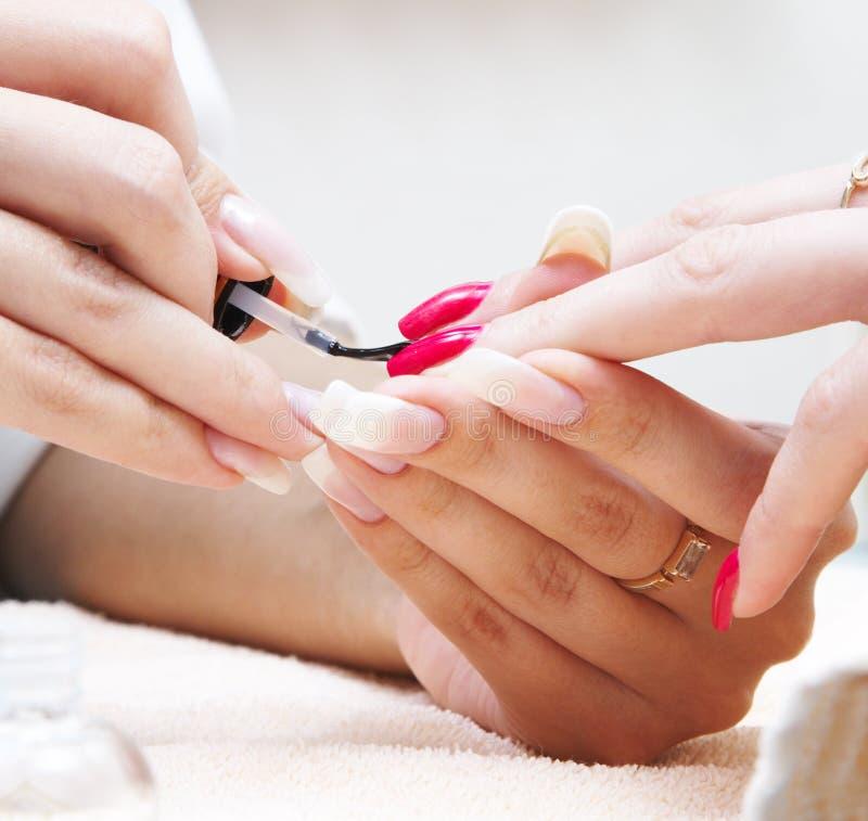 Manicure'u proces… Żeńskie ręki zdjęcie royalty free