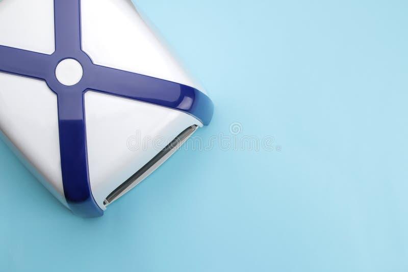 manicure ULTRAFIOLETOWA lampa na błękitnym trendu tle Manicure narzędzia dla gwoździ i akcesoria Odgórny widok obraz stock