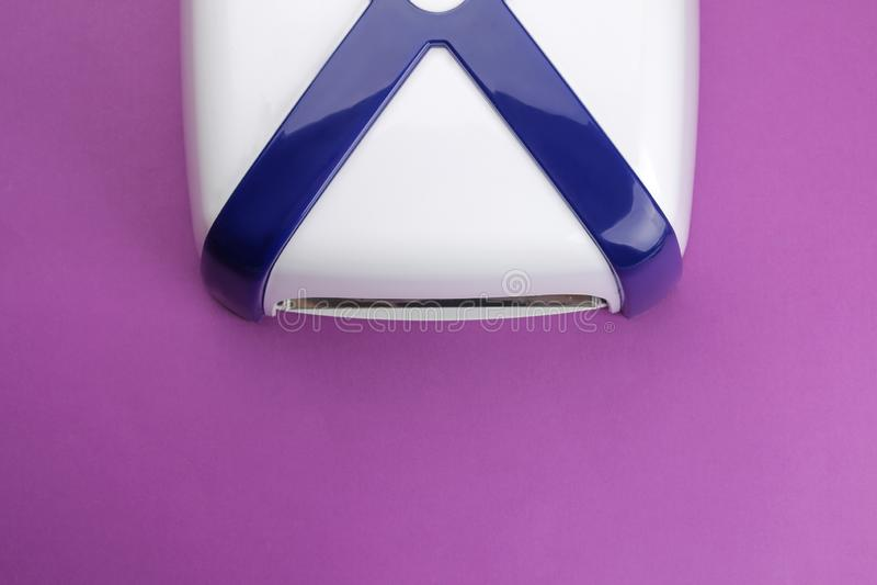 manicure ULTRAFIOLETOWA lampa na trend purpur tle Manicure narzędzia dla gwoździ i akcesoria Odgórny widok zdjęcie royalty free