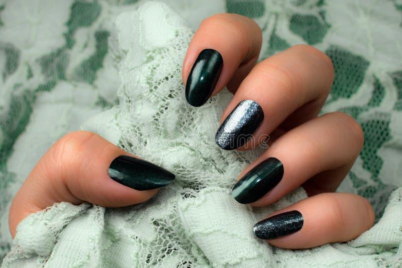 Manicure verde scuro delle unghie fotografia stock libera da diritti