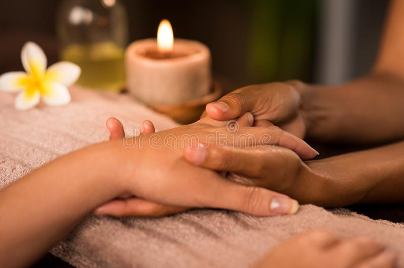 Manicurebehandeling in luxury spa stock afbeeldingen