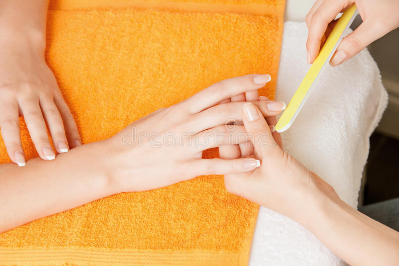 Manicurebehandling på kvinnlighänder royaltyfri fotografi