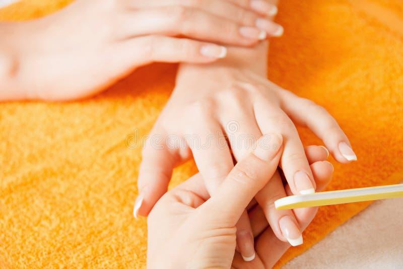 Manicurebehandling på kvinnlighänder fotografering för bildbyråer