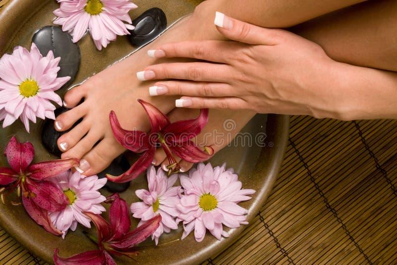 Manicured Hände und pedicured Füße lizenzfreie stockfotografie