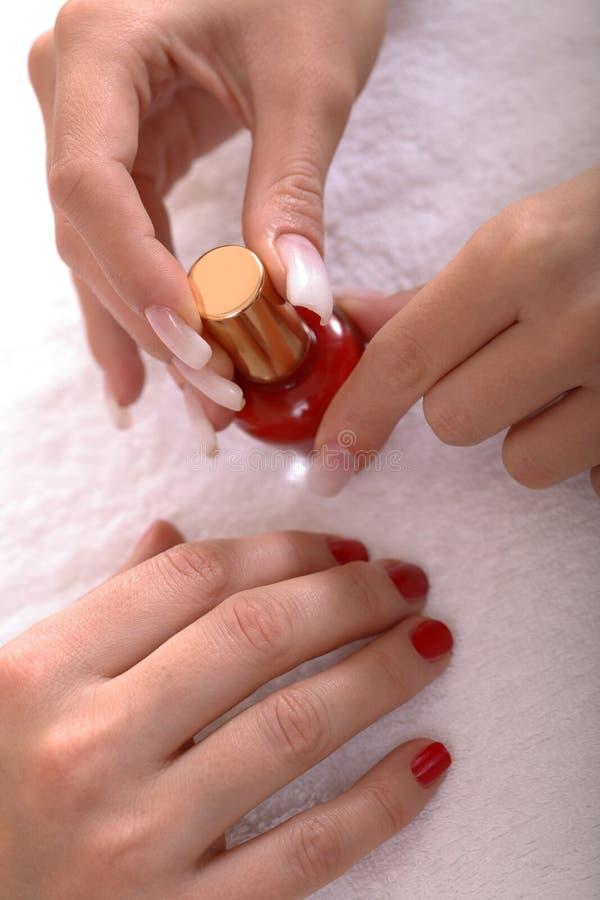 manicured händer spikar polermedel arkivbild