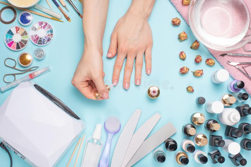 Manicured prachtig spijkers op de Desktop met hulpmiddelen voor manicure Zorg over de spijkers stock afbeeldingen