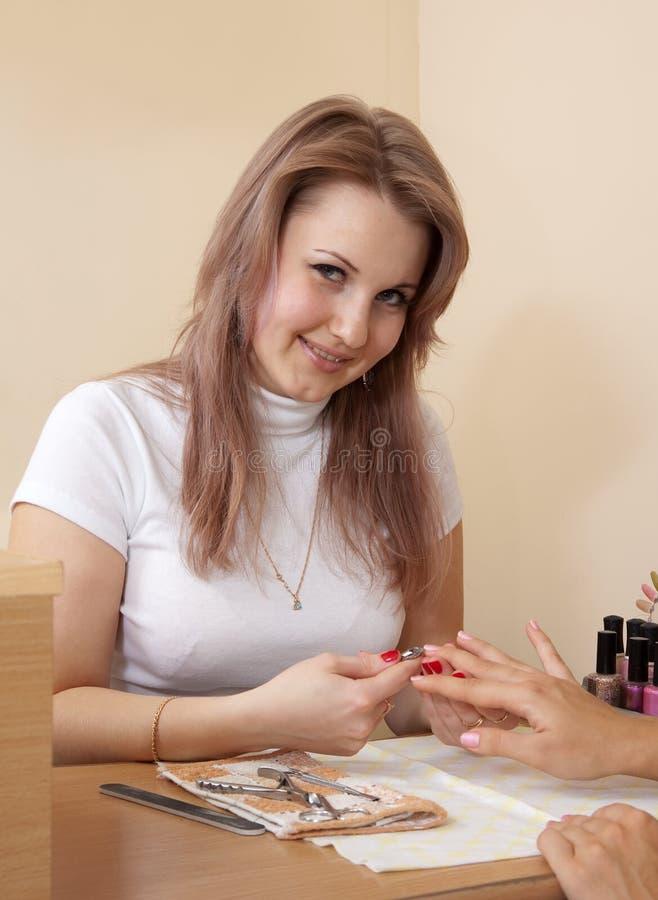 Manicurist che lavora con i chiodi fotografie stock libere da diritti