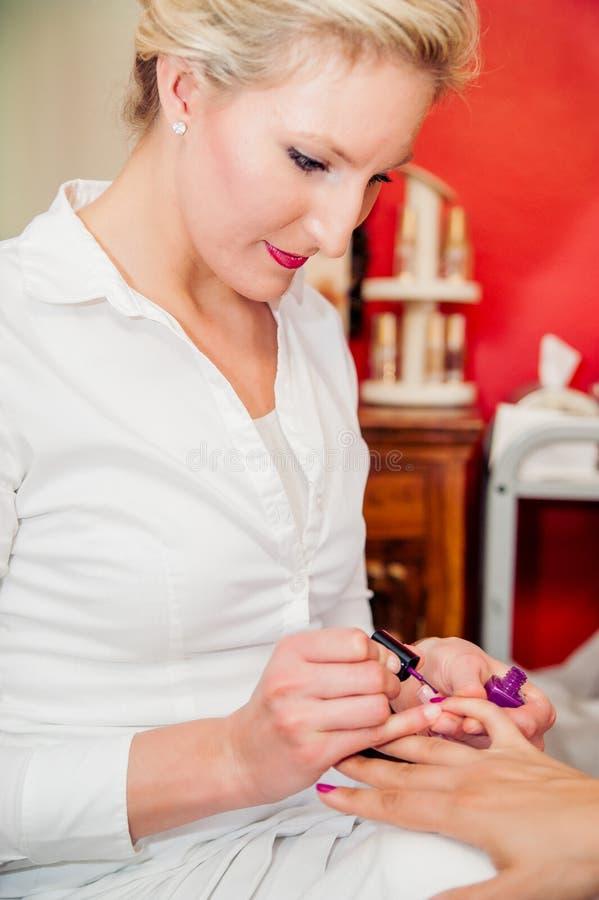 Manicurist på skönhetsalongen royaltyfri fotografi