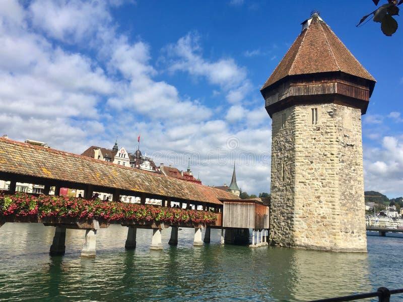 Manier aan Beroemde Toren in de Water het Lopen Reis, Luzerne, Luzern stock foto's
