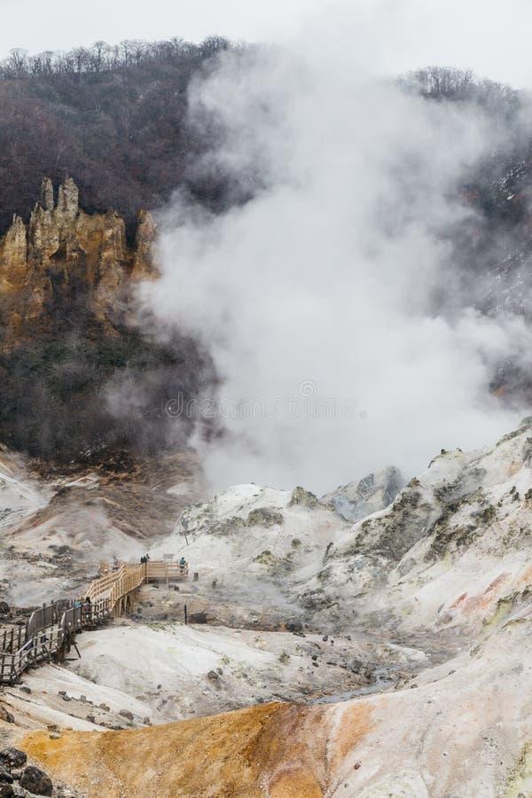Manier aan de hete lente van de Helvallei van Noboribetsu Jigokudani: De vulkaanvallei kreeg zijn naam van de zwavelachtige geur stock fotografie