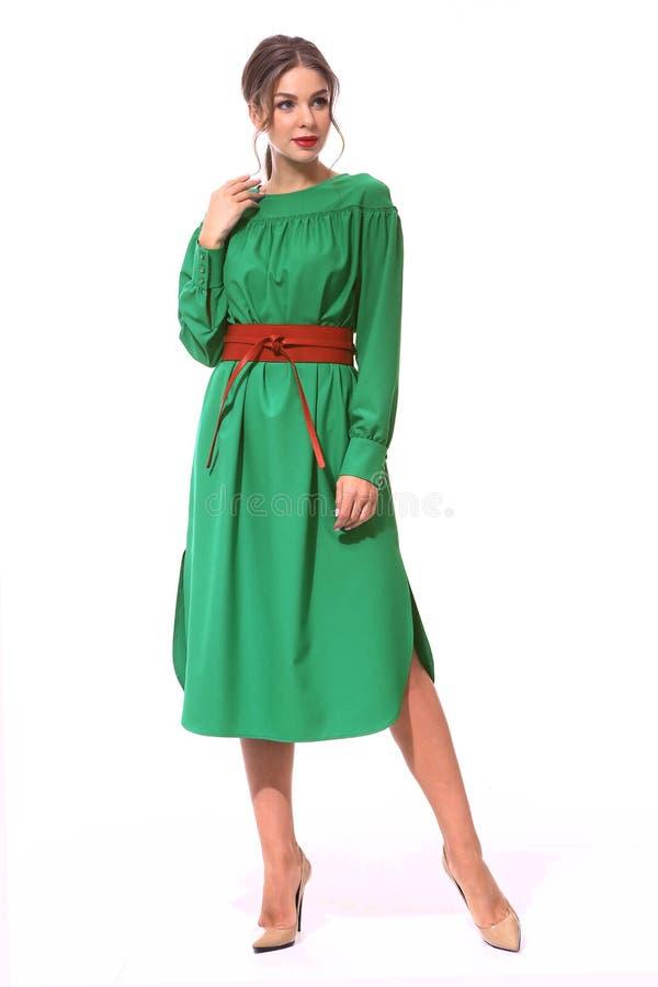 Manier bedrijfsvrouw in groene lange de zomerformele kleding met rode riem royalty-vrije stock afbeeldingen