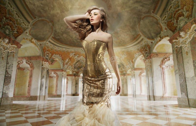 manier dame in modieuze binnenlands royalty-vrije stock afbeeldingen