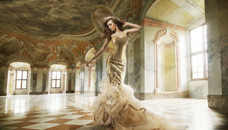 manier dame in modieuze binnenlands royalty-vrije stock foto's