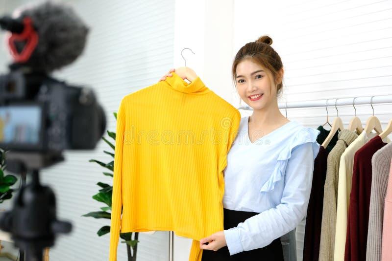 Manier die van de Youn de Aziatische vrouw blogger doek met het glimlachen gezicht tonen terwijl het registreren van nieuwe inhou royalty-vrije stock fotografie