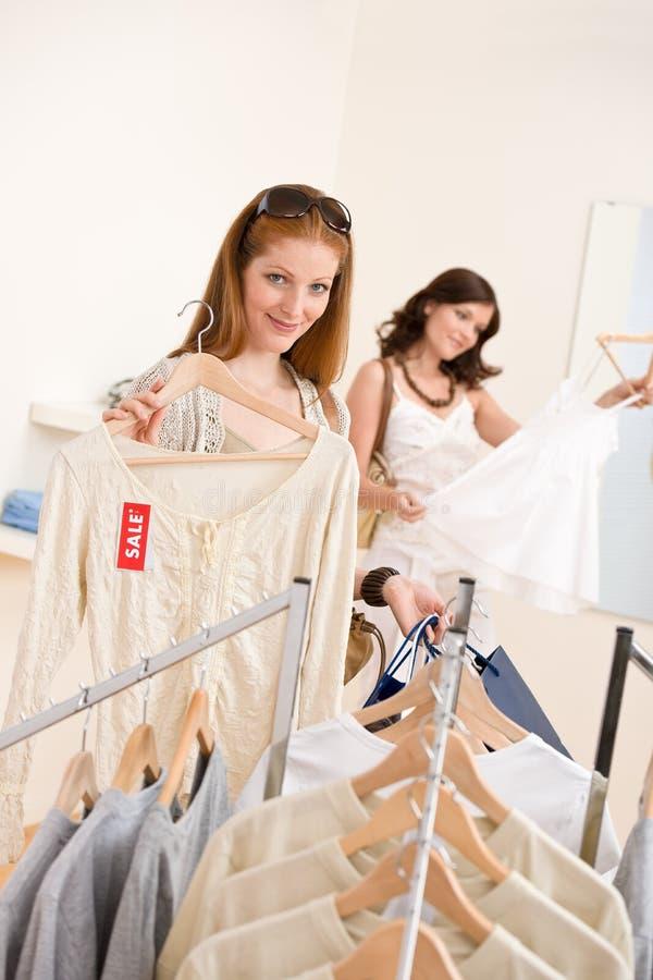 Manier die winkelt - kiest Gelukkige vrouw Twee kleren royalty-vrije stock afbeeldingen