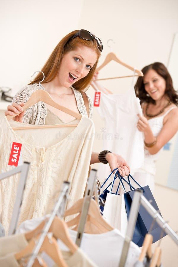 Manier die winkelt - vrouw Twee kiest verkoopkleren royalty-vrije stock afbeeldingen
