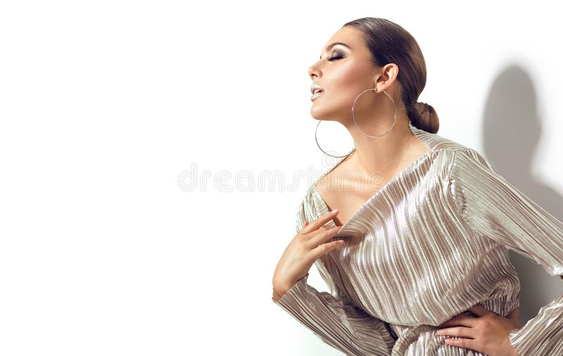 Manier donkerbruin modeldiemeisje op witte achtergrond wordt geïsoleerd De sexy vrouw van de glamourschoonheid met perfecte make- royalty-vrije stock afbeelding
