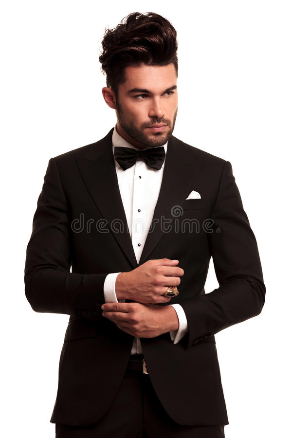 Manier elegante mens die in smoking zijn koker bevestigen royalty-vrije stock foto