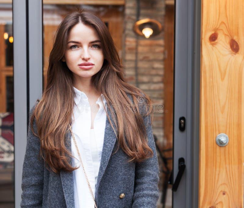 Manier en schoonheid Mooie jonge vrouw met het rode haar stellen Close-up, straat-stijl stock afbeelding