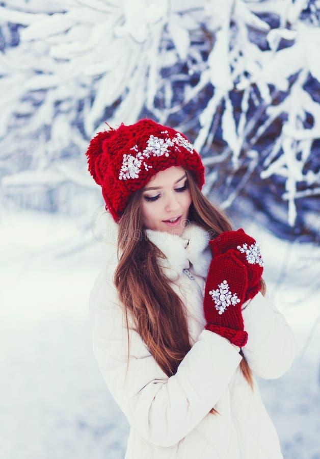 Manier gelukkige vrouw in gebreide rode hoed royalty-vrije stock afbeelding