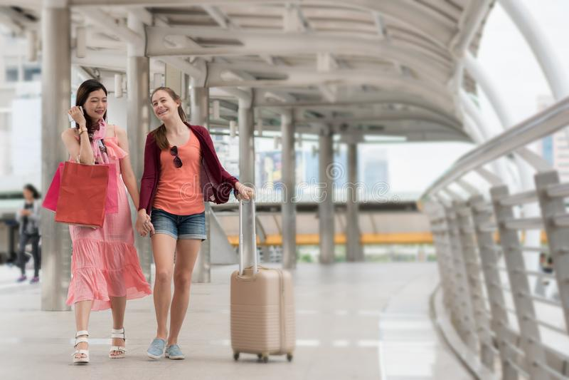 Manier het winkelen concept: de mooie tienervrouwen glimlachen walkin stock foto