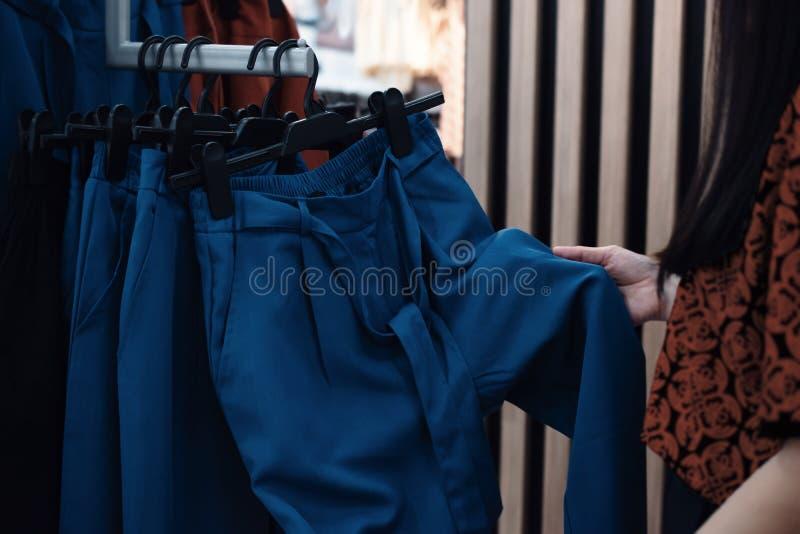 Manier het Winkelen Levensstijl en Kleren voor Vrouwen Bebouwd beeld van Vrouwelijke Klant die Broek kiest royalty-vrije stock fotografie