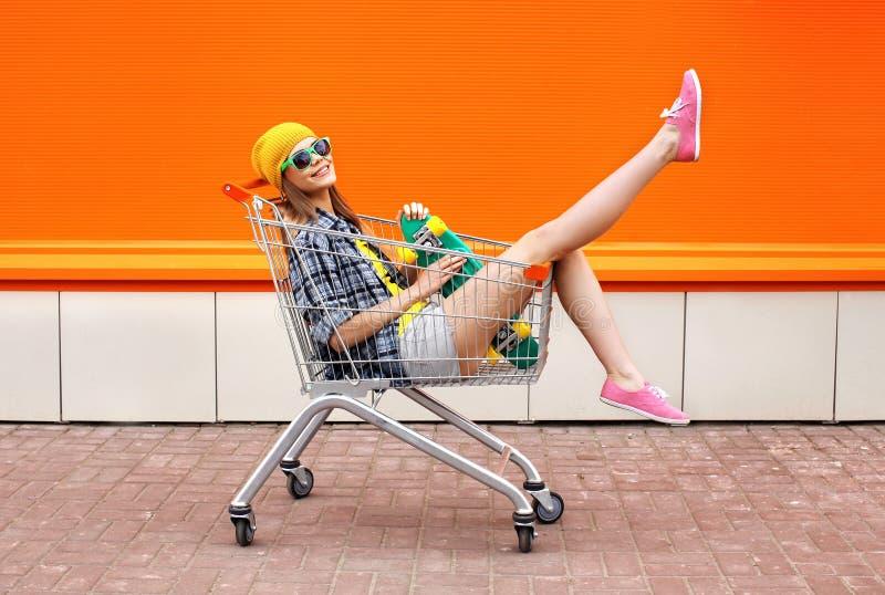 Manier hipster koel meisje met skateboard in boodschappenwagentje royalty-vrije stock foto