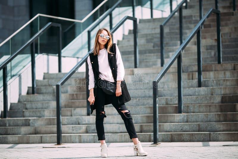 Manier hipster koel meisje in zonnebril royalty-vrije stock afbeelding