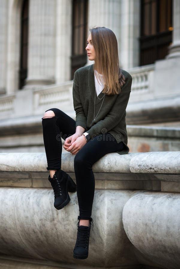Manier hipster portret van jonge elegante vrouw openlucht in sweater en jeans stock foto