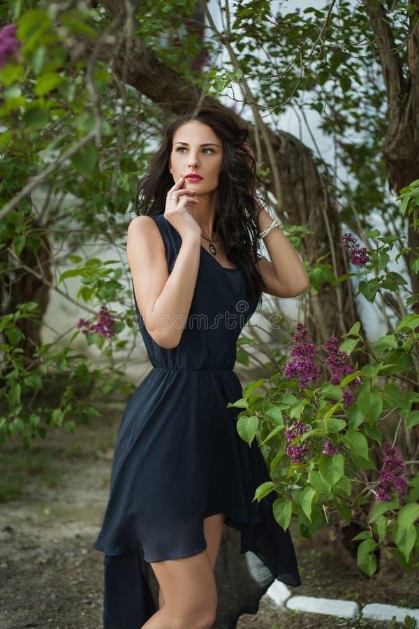 Manier jonge vrouw met lilac bloemen royalty-vrije stock fotografie