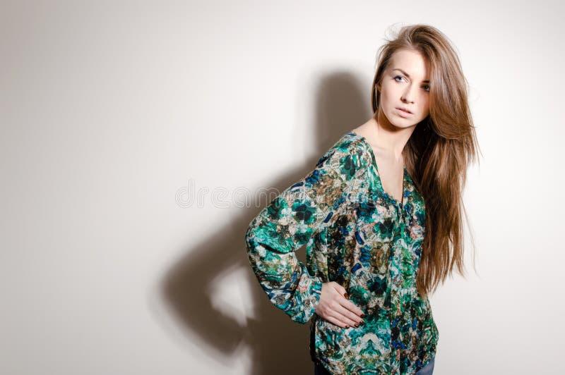 Manier jonge vrouw op een witte achtergrond stock afbeeldingen