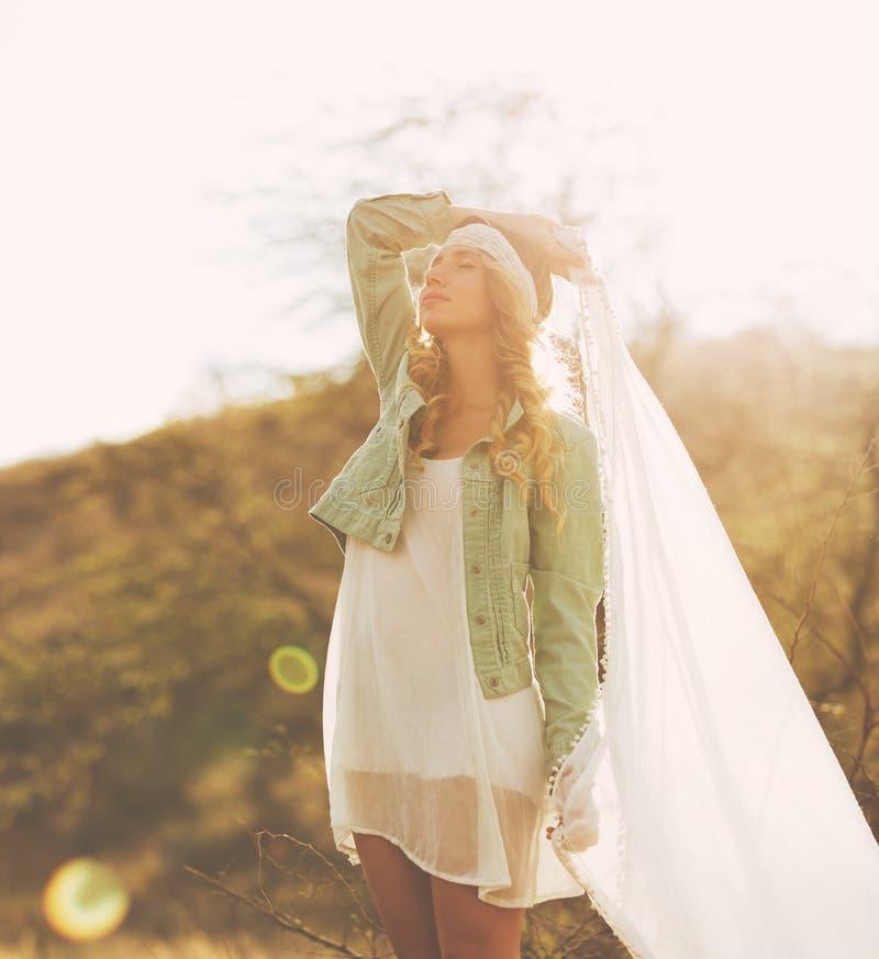 Manier, Jonge Vrouw in openlucht bij Zonsondergang stock afbeeldingen
