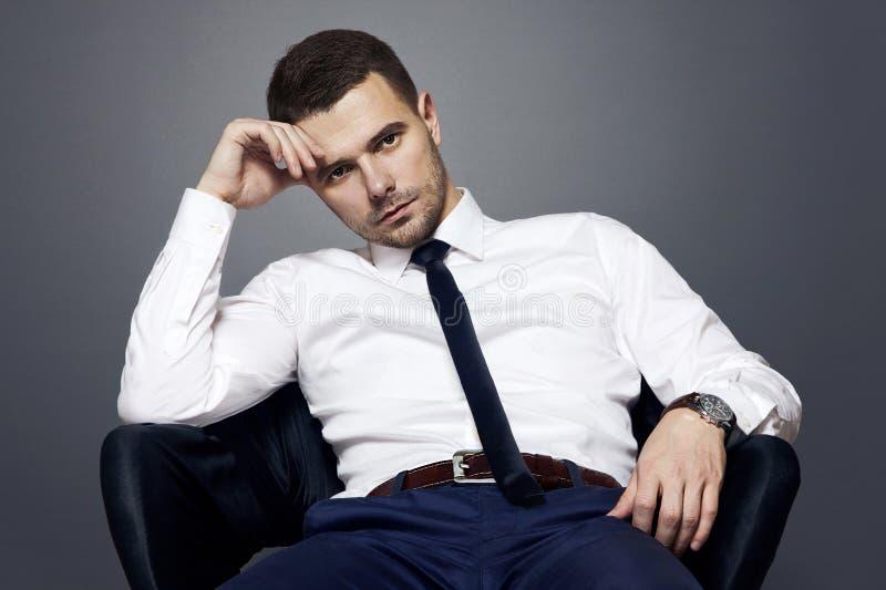 Manier jonge zakenman in wit overhemd royalty-vrije stock foto's