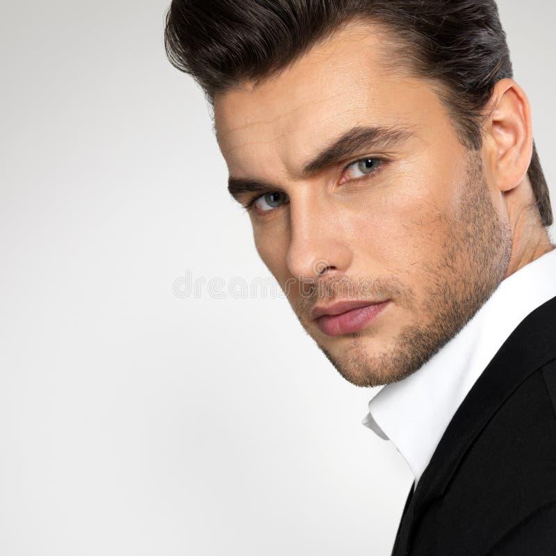 Manier jonge zakenman in zwart kostuum stock foto