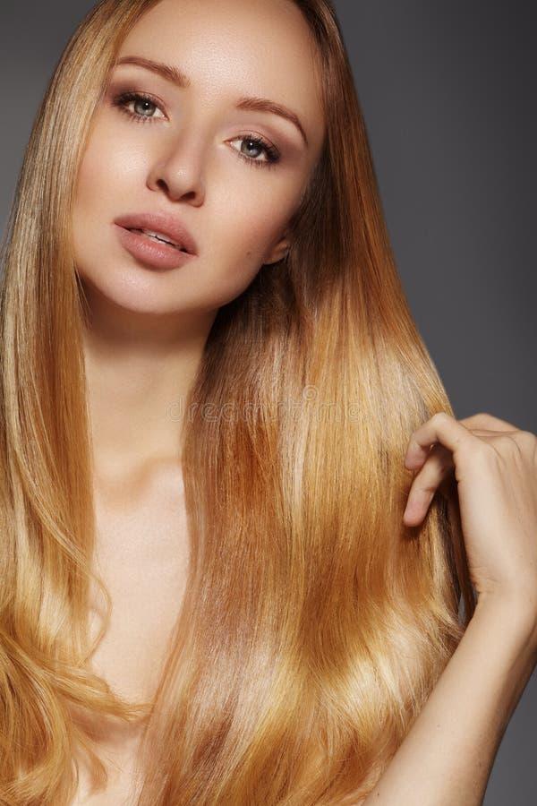 Manier lang haar Mooi blond meisje, Gezonde rechte glanzende haarstijl Het model van de schoonheidsvrouw Vlot kapsel stock afbeelding