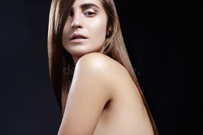 Manier lang haar Mooi meisje, Gezonde rechte glanzende haarstijl Het model van de schoonheidsvrouw Vlot salonkapsel stock foto's