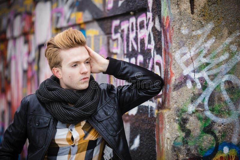 Manier mannelijk portret op graffitimuur stock fotografie
