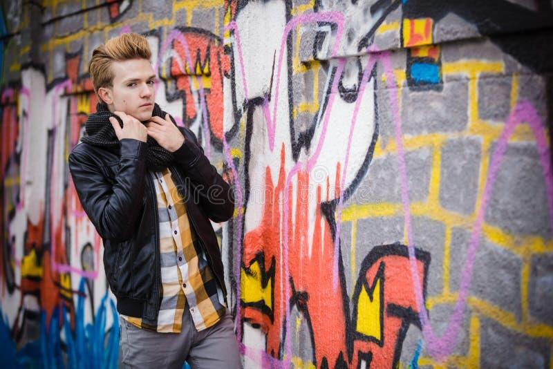 Manier mannelijk portret op graffitimuur royalty-vrije stock fotografie