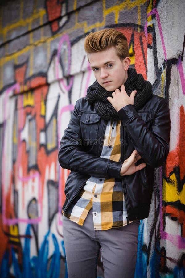 Manier mannelijk portret op graffitimuur stock afbeelding