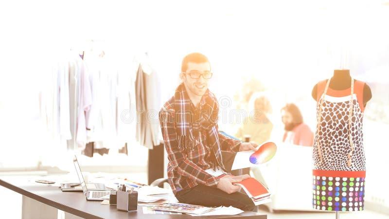 Manier meer couturier met weefselsteekproeven in creatief bureau royalty-vrije stock afbeelding