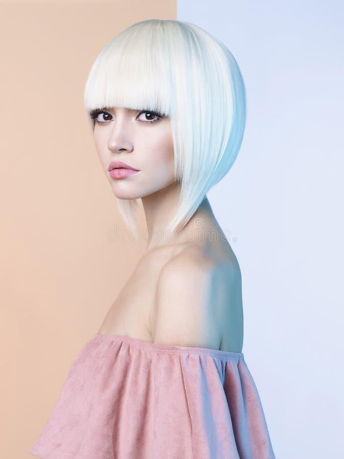 Manier mooi blonde met kort kapsel stock afbeeldingen